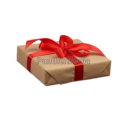 quadratische box in braunes kraftpapier gewickelt