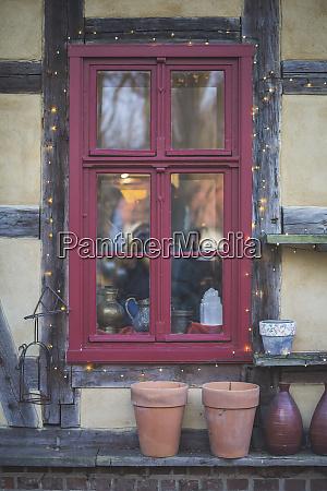 deutschland brandenburg rotes fenster mit weihnachtsbeleuchtung