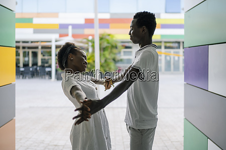 glueckliches junges paar das sich hand