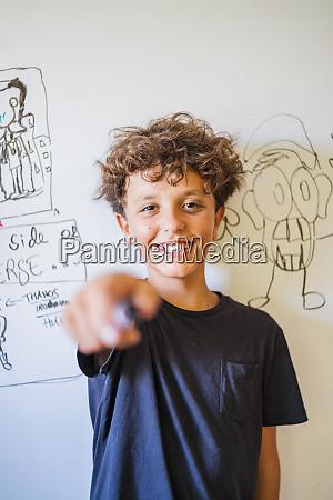 portraet des gluecklichen jungen vor der