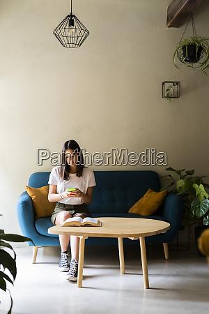 junge frau sitzt auf einer couch