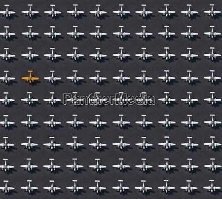 luftaufnahme eines einzelnen orangefarbenen flugzeugs umgeben