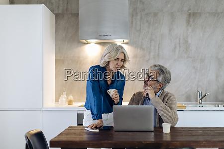reife mann mit frau mit laptop
