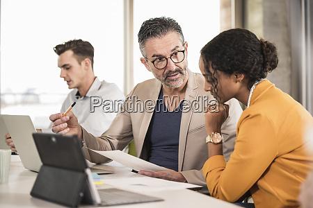 geschaeftsleute die eine besprechung im buero
