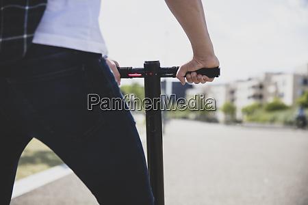 nahaufnahme des mannes mit e scooter