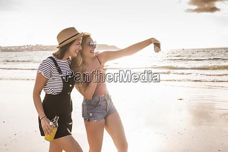zwei freundinnen haben spass spazieren gehen