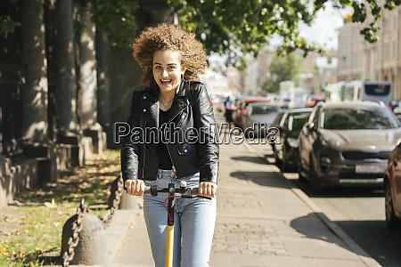 portraet von gluecklichen teenager maedchen reiten