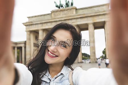 selfie von gluecklicher junger frau am