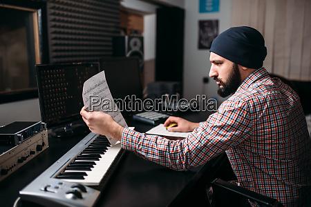 audio engineering soundproduzent mit synthesizer