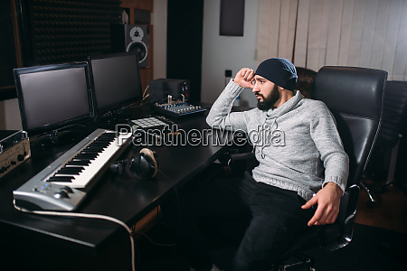 soundproduzent mit mikrofon im musikstudio