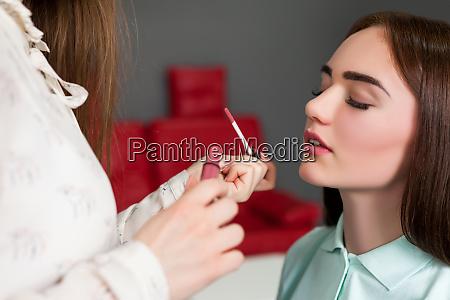 make up kuenstler auftragen glanz auf