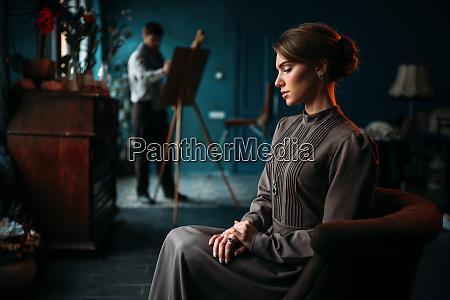 weibliche poseur malerin gegen staffelei im