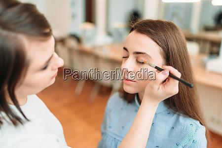 make up kuenstler arbeit mit frauenaugen