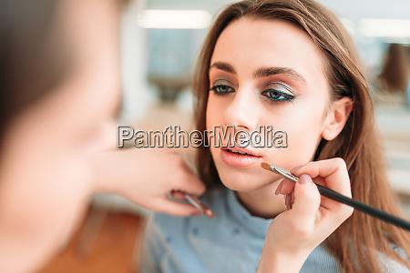 make up kuenstler hand auftragen glanz