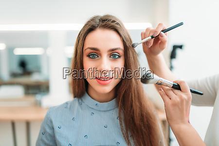 make up kuenstler haende mit pinsel