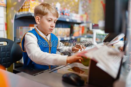 junge in uniform am register spielender