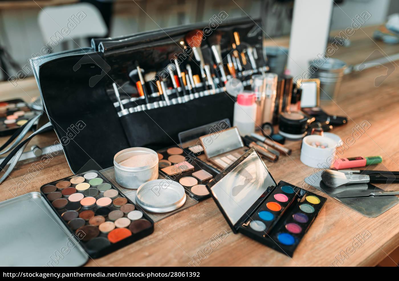 professional, makeup, artist, cosmetics, tools, closeup - 28061392