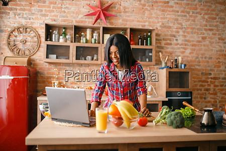 schwarze frau suchen rezept auf laptop