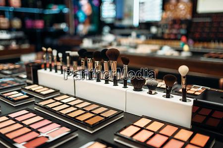 gesicht kosmetik kollektion in beauty shop