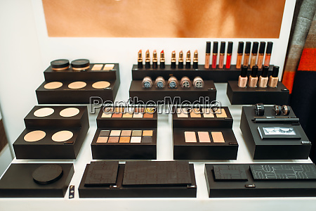 gesichtskosmetik set in beauty shop nahaufnahme