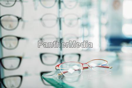 brillen schaufenster in optik shop nahaufnahme