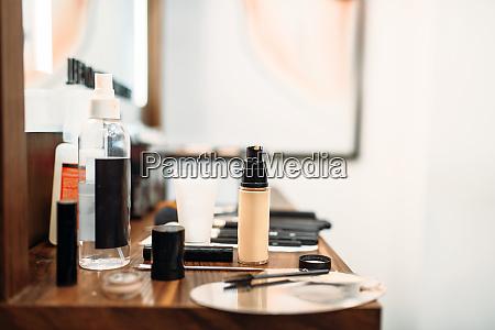 kosmetik und werkzeuge fuer make up