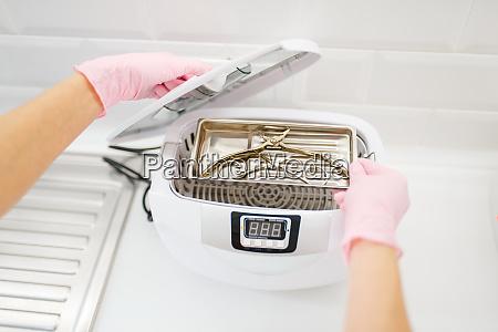 kosmetologe reinigt geraete werkzeugreinigung