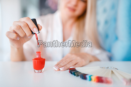 kosmetiksalon manikuere frau mit nagellack