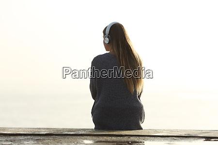 einsame frau hoert musik die auf