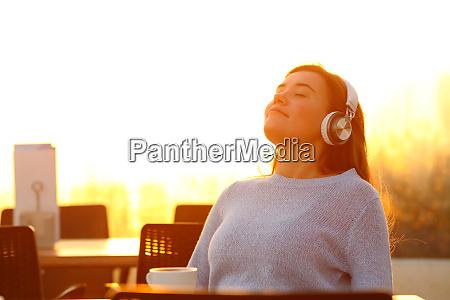 entspanntes maedchen das musik auf einer