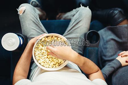 maennliche person mit popcorn im kino