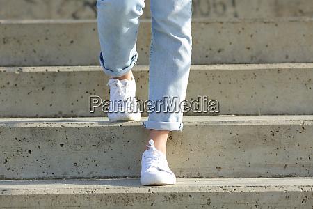 frau beine tragen turnschuhe gehen treppen