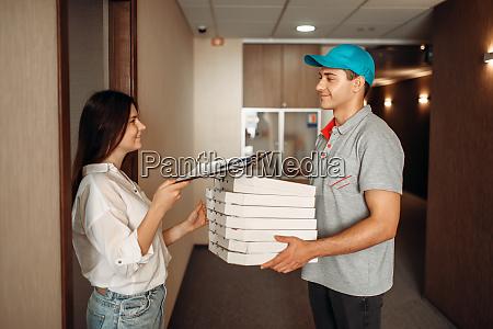 kunde nimmt bestellung von pizza lieferjunge