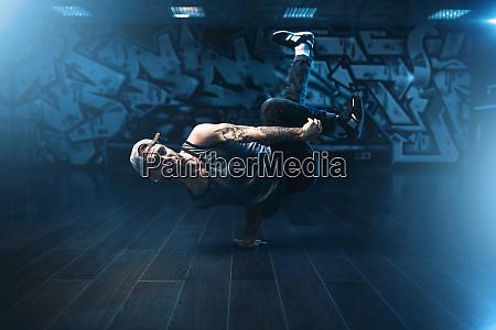 breakdance darsteller posiert im tanzstudio