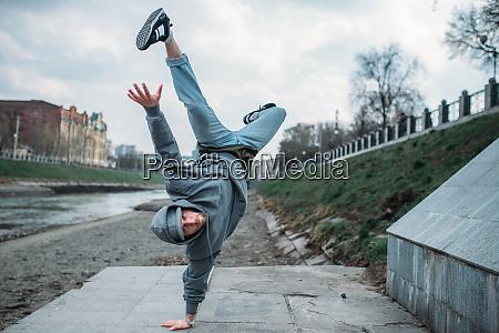 breakdance darsteller auf den kopf gestellte
