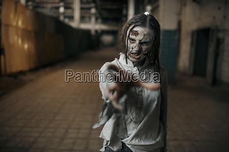 weibliche zombie auf der suche nach
