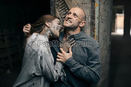 weibliche zombie beisst einen mann in