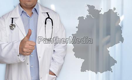 deutschland kartenkonzept und arzt mit daumen