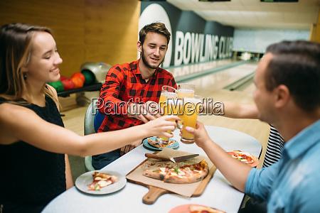 bowling team feiert sieg im wettbewerb