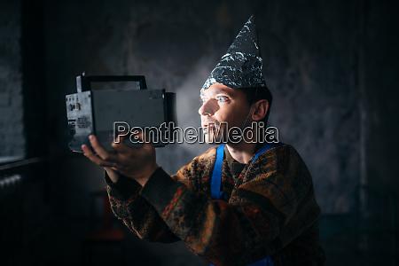 paranoidmann in tinfoil kappe geistschutz ufo