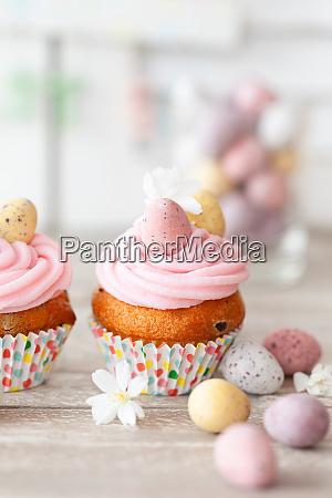 kleine cupcakes mit rosa frosting fuer