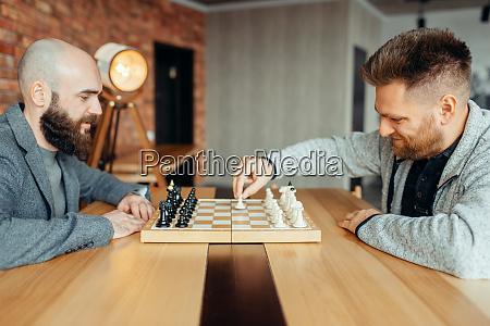 maennliche schachspieler beginnen zu spielen der