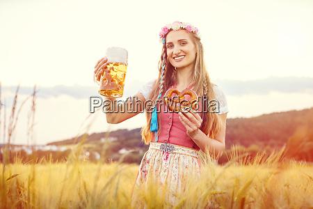 glueckliche bayerische frau mit bier und