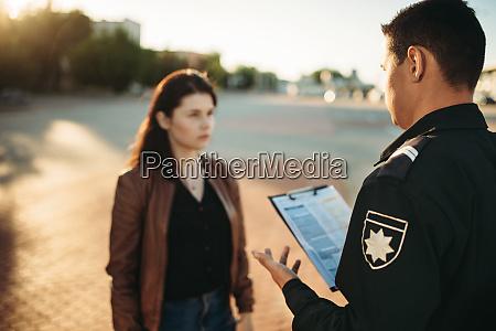 polizisten verlesen gesetz zu fahrerin