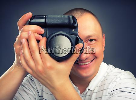 laechelnder fotograf