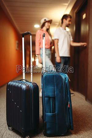 koffer im hotelflur paar oeffnen die