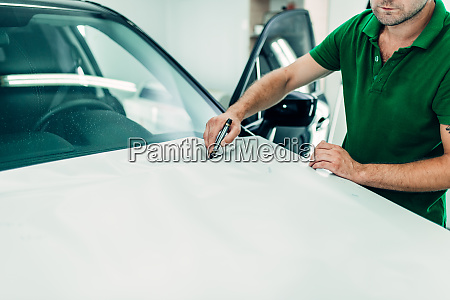 mechaniker bereitet autoschutzbeschichtung vor