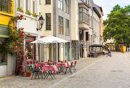 gemuetliches strassencafe alte europaeische touristenstadt