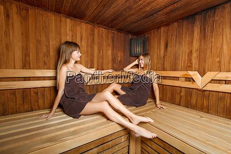 zwei schoene weibchen in der sauna