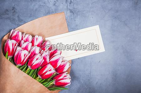bouquet von roten tulpen fuer einen